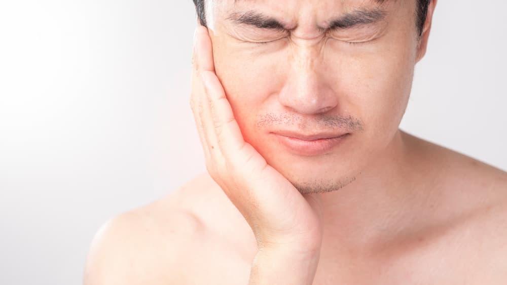 a-man-suffering-in-his-teeth-problem-BM297GS (1)